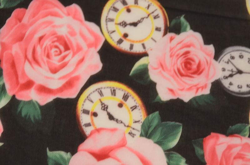шифон набивной розы и часы на черном
